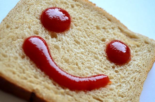 Smajlík z kečupu na chlebe.jpg