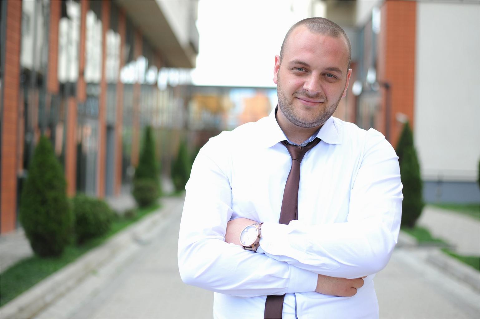 podnikateľ, biela košeľa